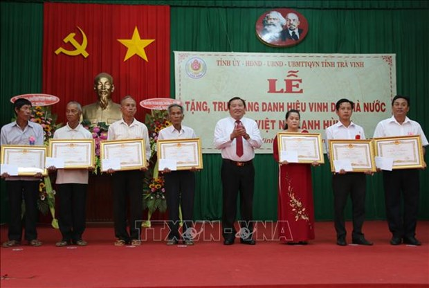 """Tra Vinh: """"Heroic Mother"""" title presented to 54 women hinh anh 1"""
