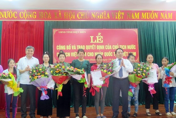 Lao citizens naturalised in Dien Bien northern province hinh anh 1