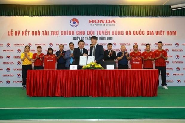 Honda Vietnam to sponsor national football teams hinh anh 1