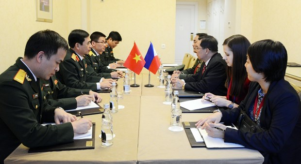 Army's general staff chief meets Russian, Philippine officers in Moscow hinh anh 1