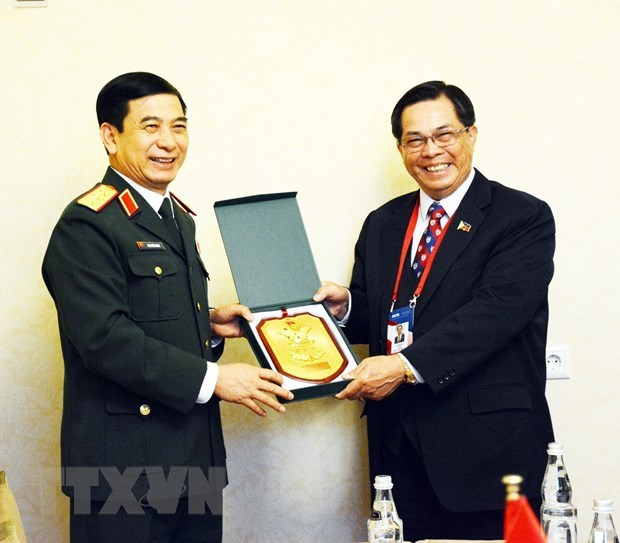 Army's general staff chief meets Russian, Philippine officers in Moscow hinh anh 2