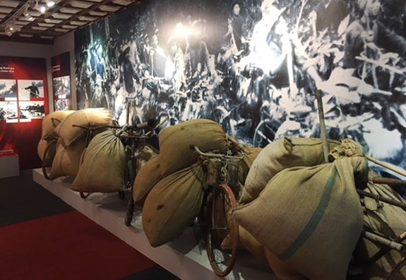 Exhibition highlights role of frontline porters in Dien Bien Phu Campaign hinh anh 1
