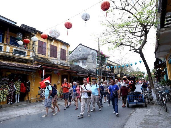 Vietnam welcomes over 5.96 million foreign tourists in four months hinh anh 1