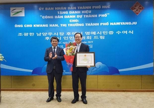 Hue city bestows honorary citizenship upon RoK national hinh anh 1