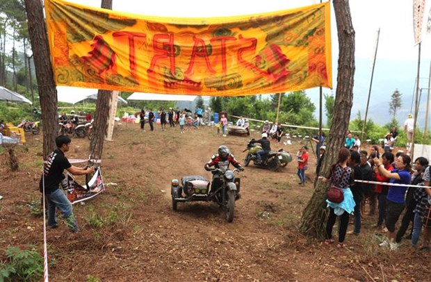 Off-road race begins in Ha Giang's Dong Van Karst hinh anh 1