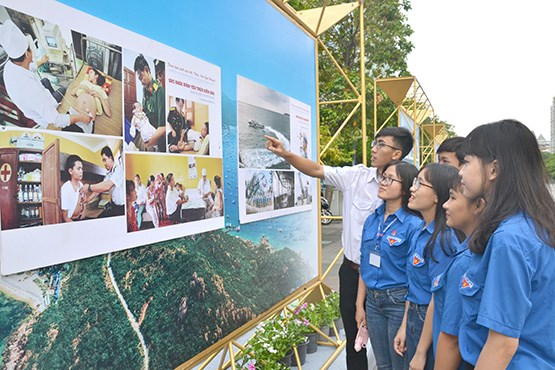 Photos on HCM City's 44 years of development and integration on display hinh anh 1