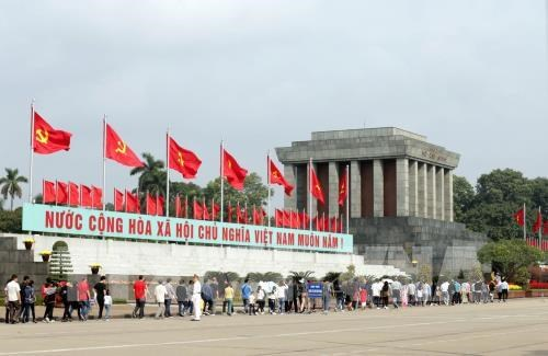 Over 45,000 people pay tribute to President Ho Chi Minh hinh anh 1