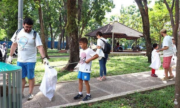 PM calls for joint action to deal with plastic waste pollution hinh anh 1