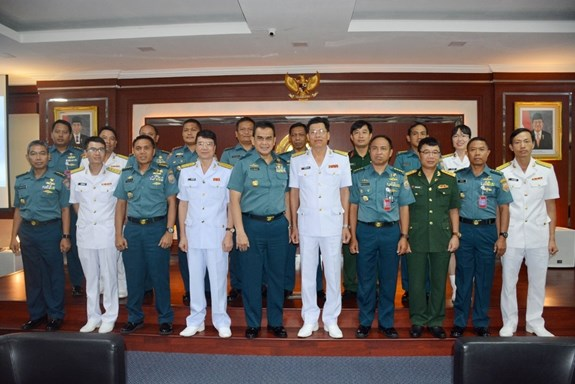 Vietnamese, Indonesian navies hope to bolster cooperation hinh anh 1