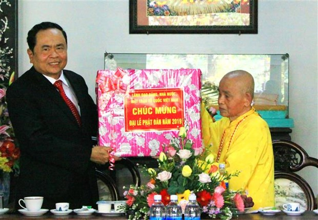 Front leader congratulates Buddhist dignitaries over Buddha's birthday hinh anh 1
