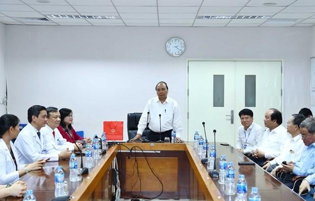 PM visits medical staff at Dong Nai General Hospital hinh anh 1