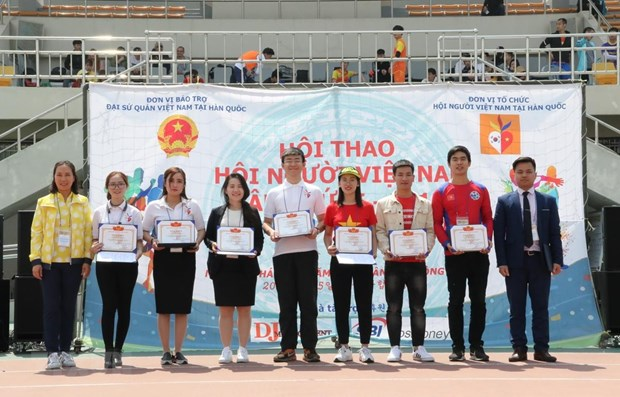 Sports exchange promotes solidarity among OVs in RoK hinh anh 1