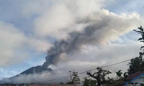 Indonesia issues flight warning due to volcanic eruptions hinh anh 1