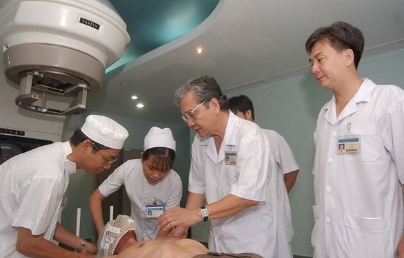 Cancer professor travels far to help patients hinh anh 1