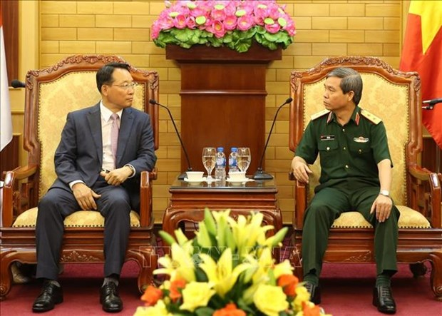 Vietnamese officer meets with RoK army officers hinh anh 1