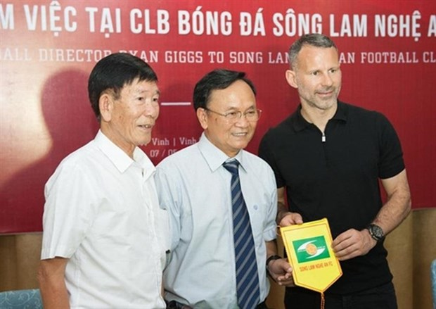 Football legend Ryan Giggs meets Nghe An, Ha Tinh clubs, fans hinh anh 1