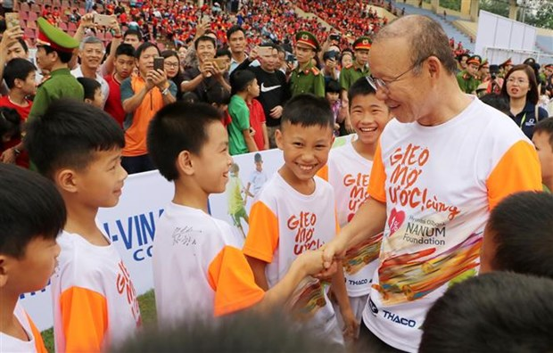 National men's football coach visits disadvantaged students in Phu Tho hinh anh 1