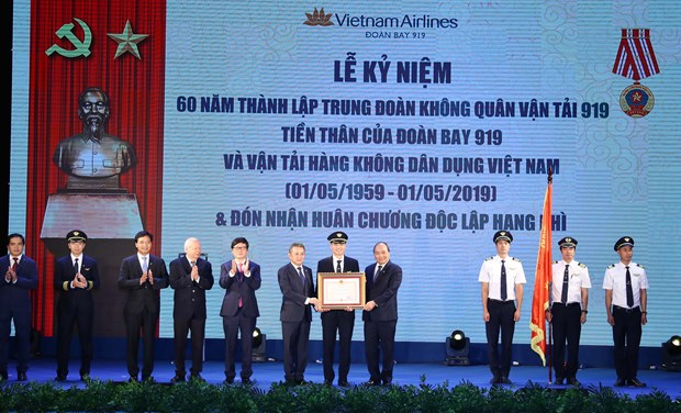 PM hopes Vietnam Airlines to become 5-star airline soon hinh anh 1