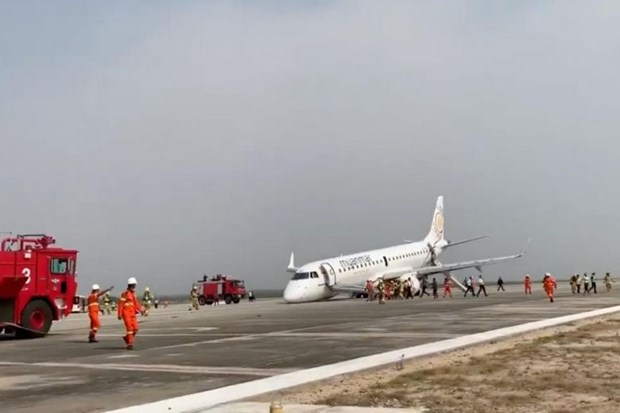 Myanmar Airlines plane lands safely after landing gear fails hinh anh 1