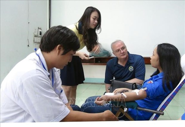 US medical staff join blood drive in Phu Yen hinh anh 1