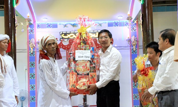Binh Thuan leaders visit Cham Bani community on Ramuwan festival hinh anh 1