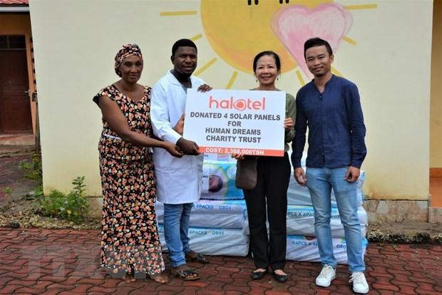 Vietnamese, Cuban embassies present gifts to Tanzanian orphans hinh anh 1