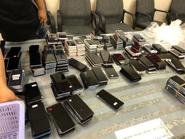 Airport officials seize large quantity of used mobile phones hinh anh 1