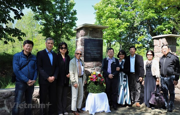 Embassy delegation visits President Ho Chi Minh's monument site hinh anh 1