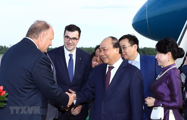 Prime Minister arrives in Russia, beginning official visit hinh anh 1