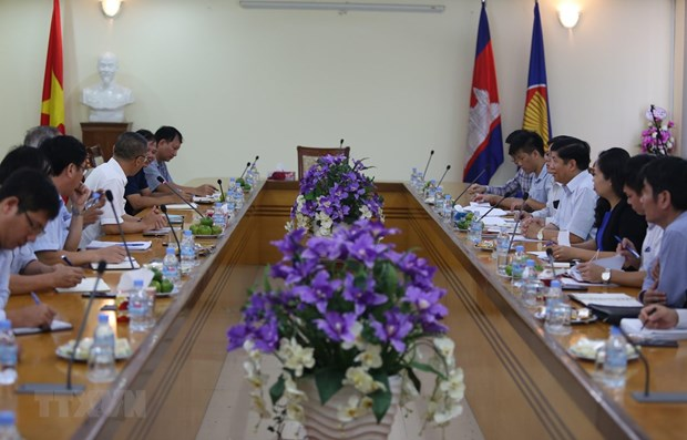 Government officials pay working visit to Cambodia hinh anh 1
