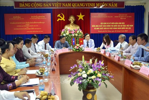 More Vietnamese politics books to be translated into Lao hinh anh 1