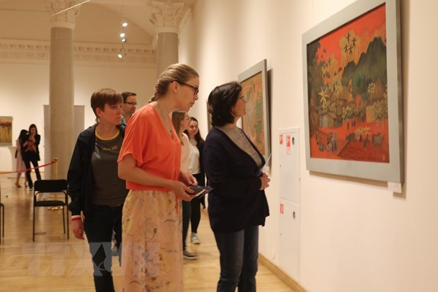 Vietnamese lacquer paintings introduced in Russia hinh anh 1