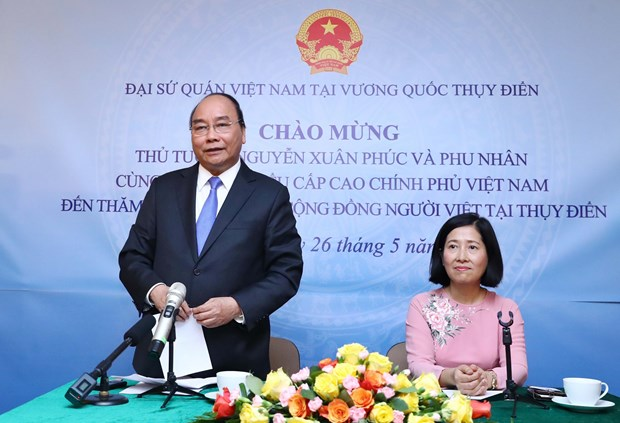 Prime Minister visits Vietnamese embassy staff, expatriates in Sweden hinh anh 1