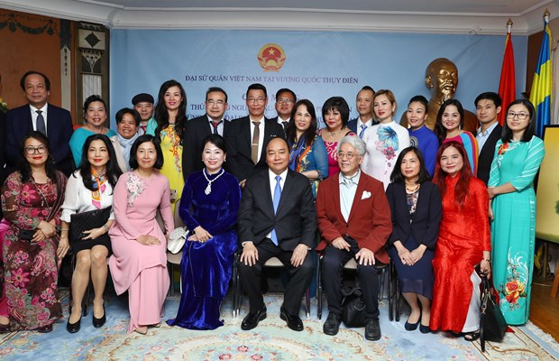 Prime Minister visits Vietnamese embassy staff, expatriates in Sweden hinh anh 2