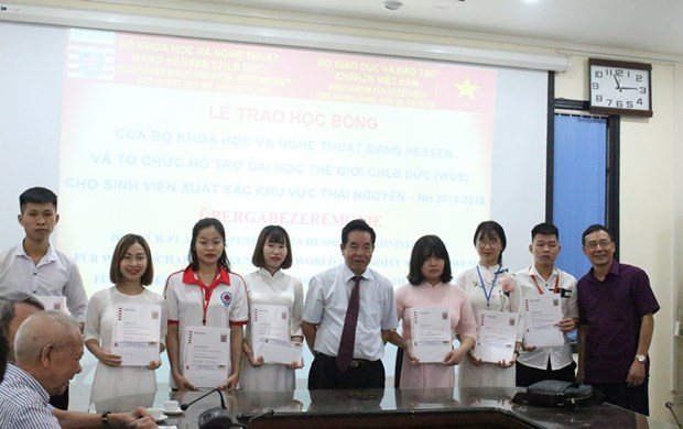 German scholarships presented to Vietnamese students hinh anh 1