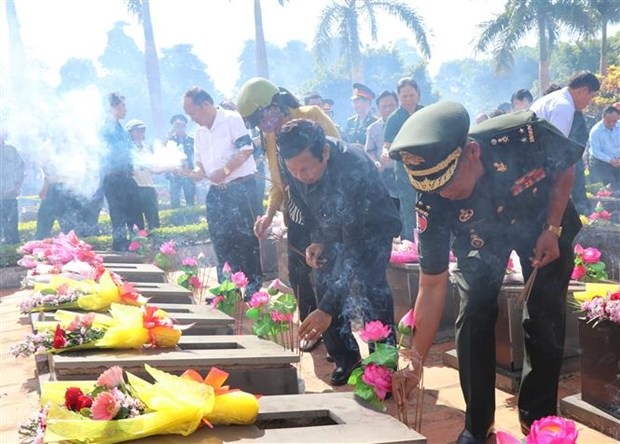Remains of volunteer Vietnamese soldiers in Cambodia return home hinh anh 1