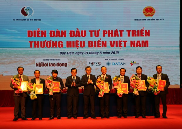 14 deals signed at forum on developing Vietnam sea brands in Bac Lieu hinh anh 1
