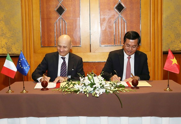 Vietnam, Italy sign action programme on educational cooperation hinh anh 1