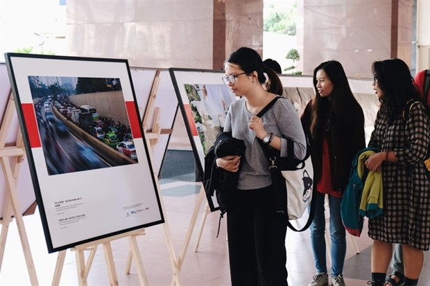 Photo exhibitions on air pollution tour universities in HCM City hinh anh 1