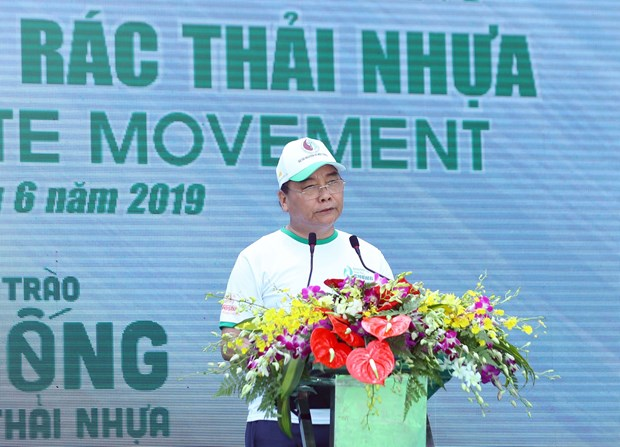 PM calls for drastic measures to control and reduce plastic waste hinh anh 1