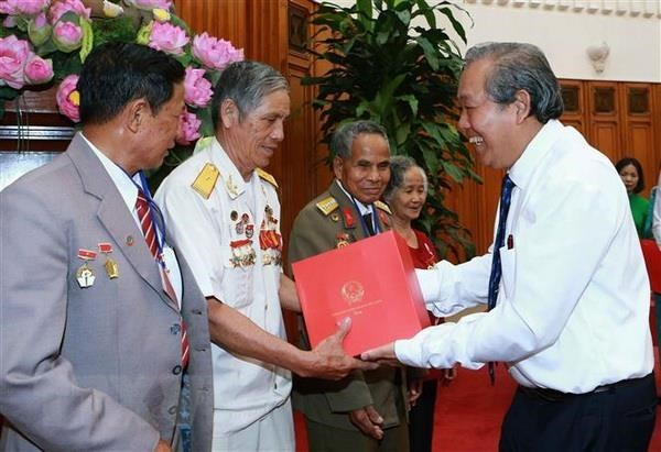 Over 332 billion VND for presenting gifts to revolution contributors hinh anh 1