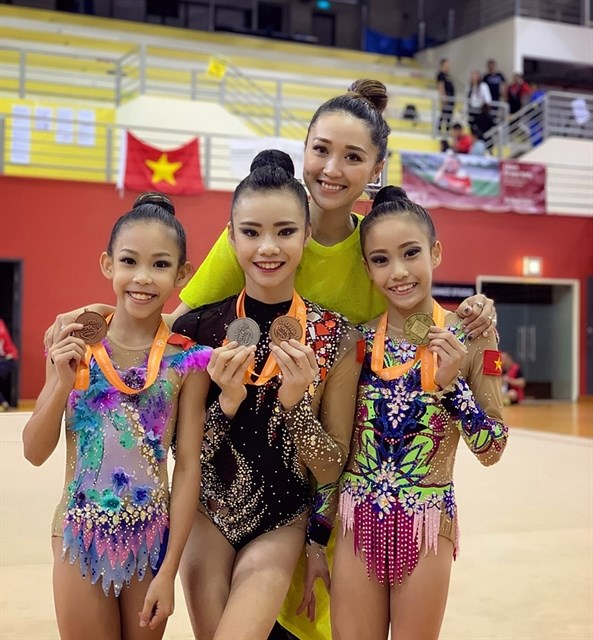 Rhythmic gymnasts win two golds at Singapore Open hinh anh 1