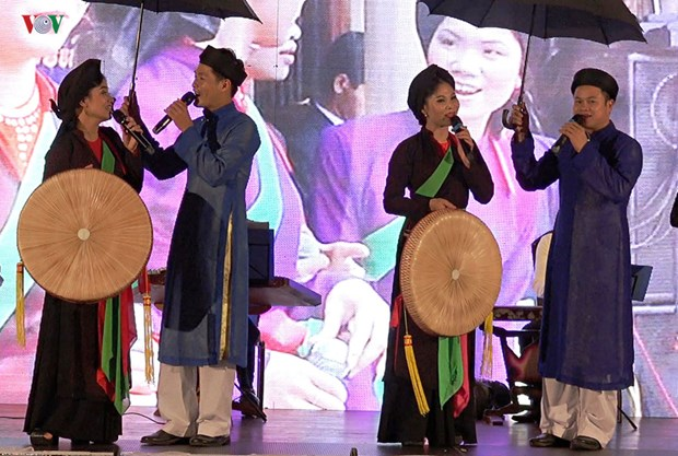 Quan ho folk art troupe makes performance tour in Europe hinh anh 1