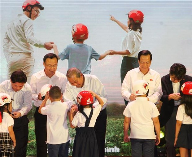 Over 1.93 million helmets to be delivered to first graders hinh anh 1