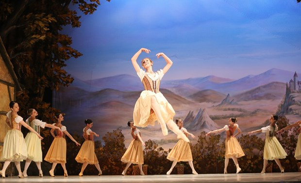 Classical ballet staged to celebrate Russia Day hinh anh 1
