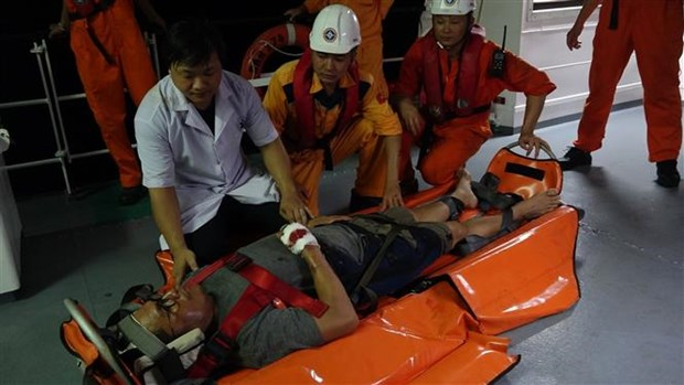 Injured Philippine sailor taken to Da Nang for treatment hinh anh 1