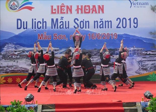 Thousands flock to Mau Son mount for tourism festival hinh anh 1