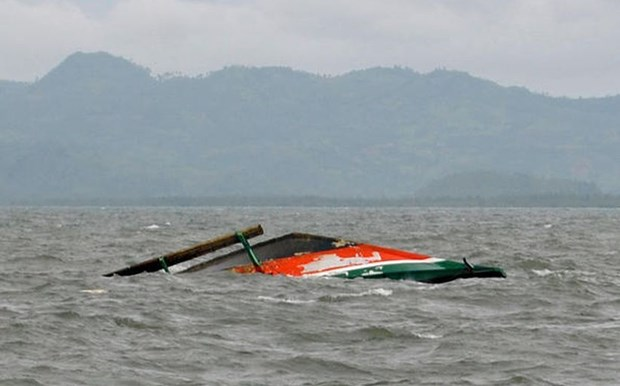 Passenger boat capsizes in Indonesia hinh anh 1