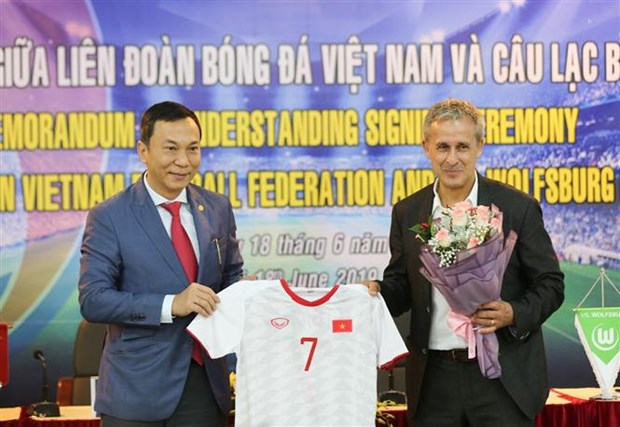 Football body, German club inks cooperation deal hinh anh 1