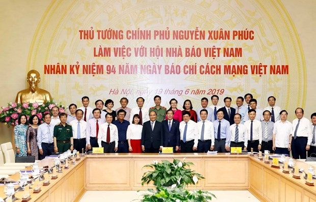 PM asks press to intensify fight against fake news hinh anh 1